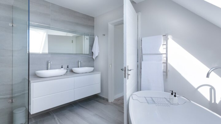Parfaire votre salle de bain avec un faux-plafond